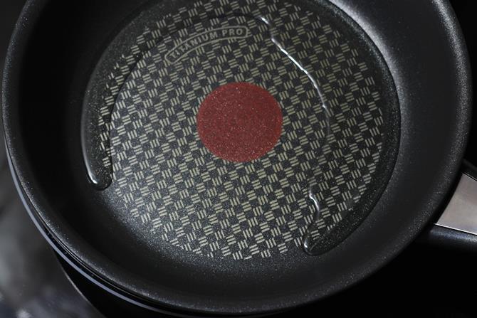 seasoning oil in pan for misal pav