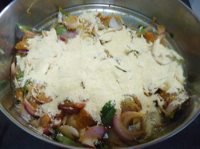 addition of flour to marinade for making chicken pakora recipe