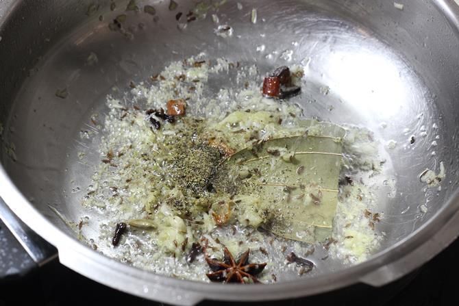 using fresh spice powder to make veg pualo