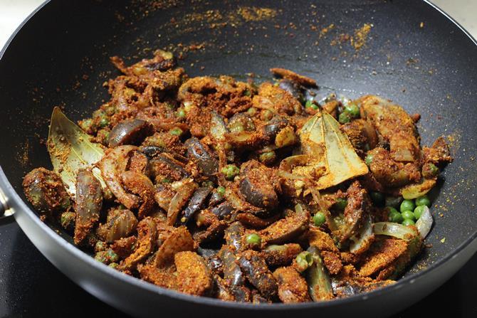 mixing masala in easy vangi bath recipe