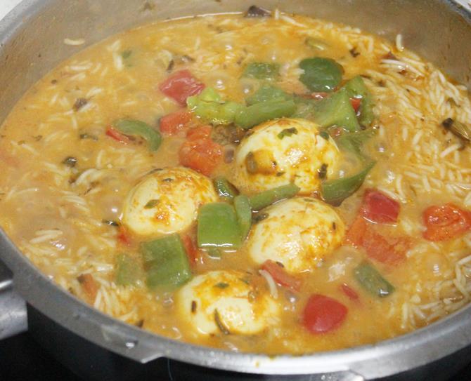 addition of rice, capsicum to make muttai biryani