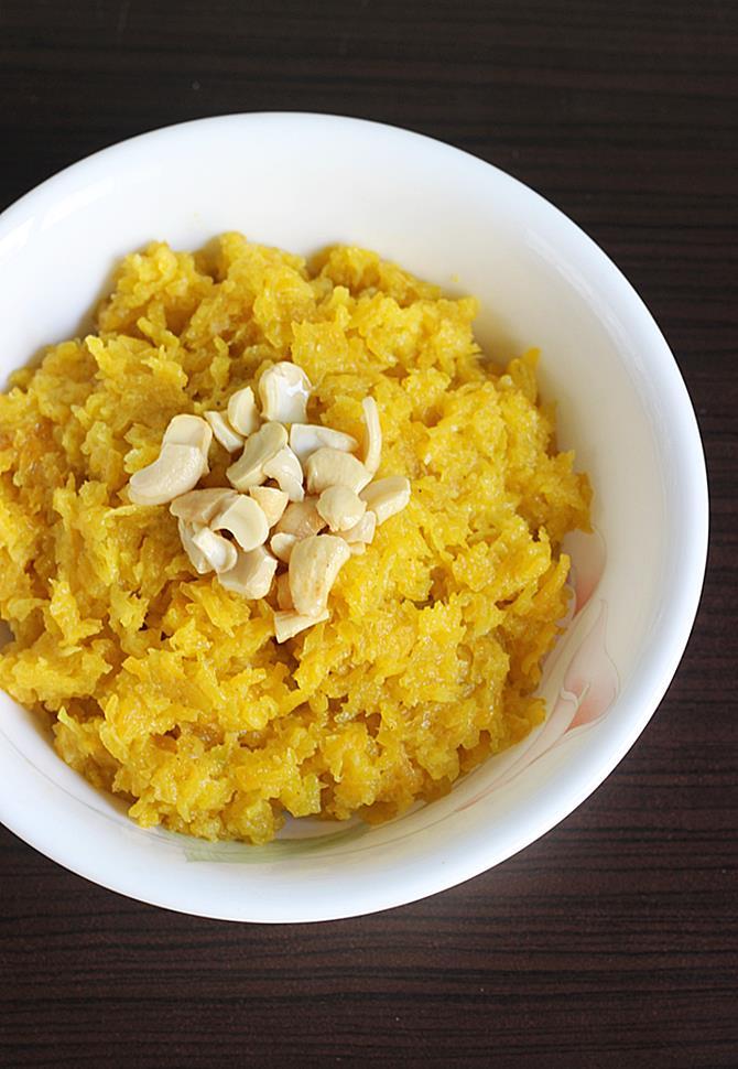 garnish kaddu ka halwa with nuts raisins