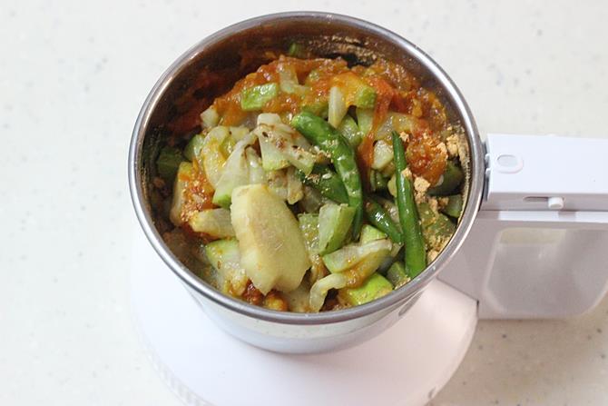 blending tomato gourd to make sorakaya pachadi recipe