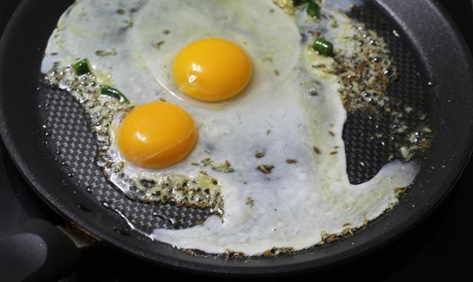 addition of eggs in egg bhurji sandwich recipe