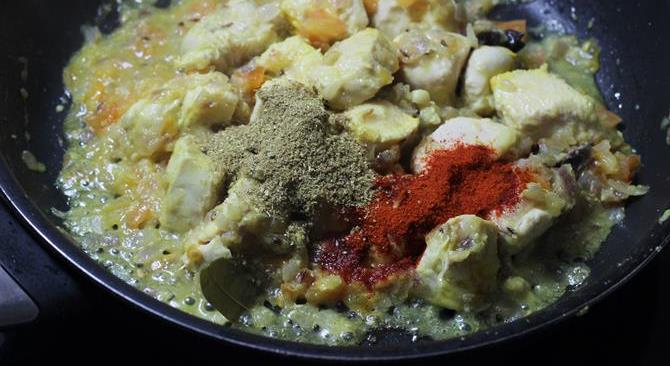 addition of spice powders in chicken curry recipe