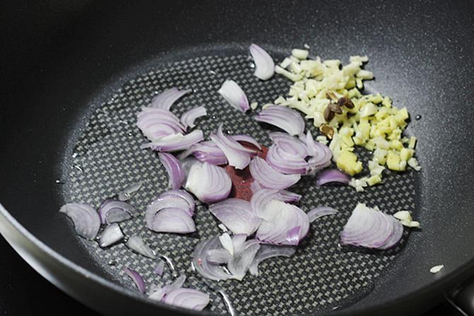 seasoning ginger garlic onions to make szechuan chicken