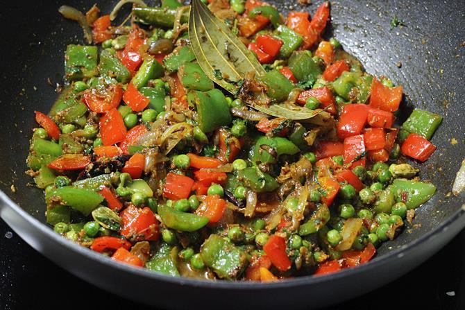 frying masala to make capsicum pulao