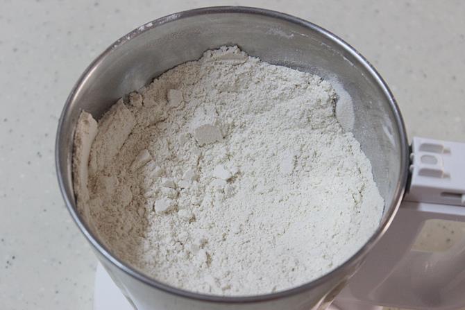 powdered mixture of rava laddu