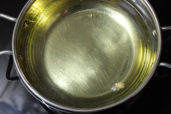 hot oil for frying cauliflower pakoda