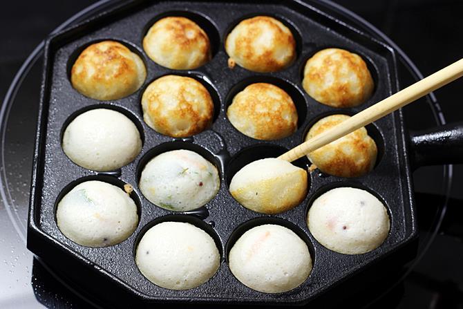 golden fried paniyaram in pan