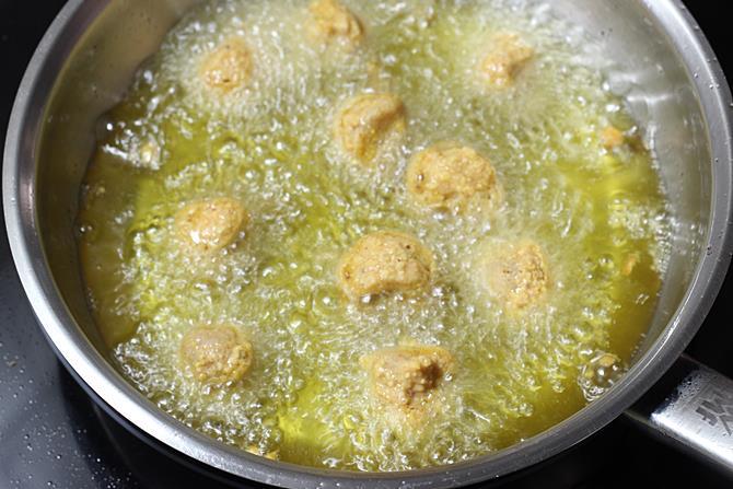 frying soya pakora in hot oil