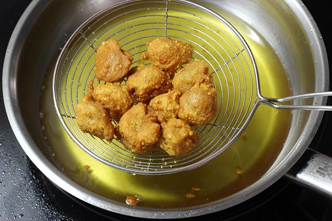 golden fried meal maker pakoda