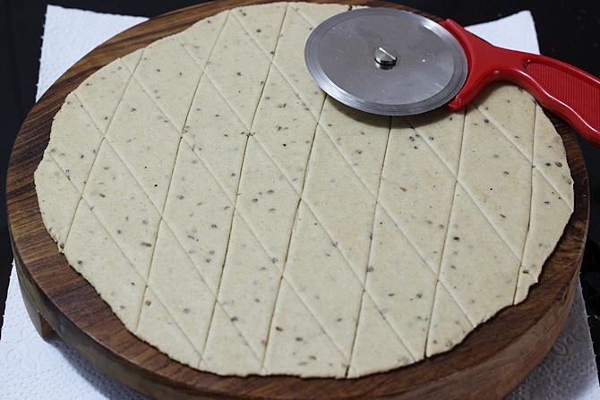 criss cross lines in nimki recipe